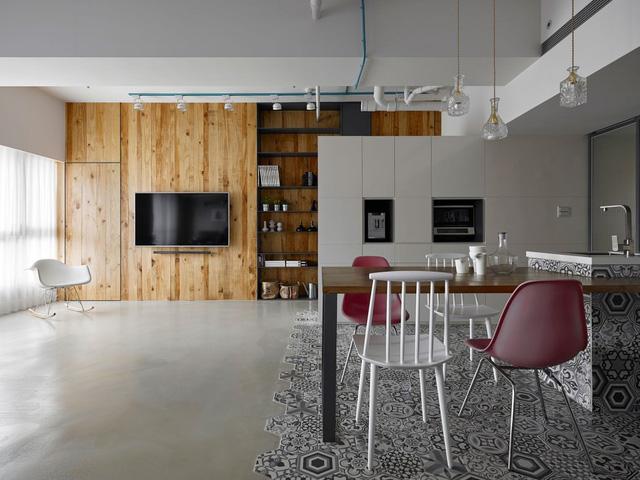 Ngoài tông màu xám lạnh thường thấy trong phong cách nội thất công nghiệp, các KTS còn sưởi ấm không gian với gam màu tự nhiên của gỗ và điểm xuyết vẻ đẹp hoài cổ của gạch bông