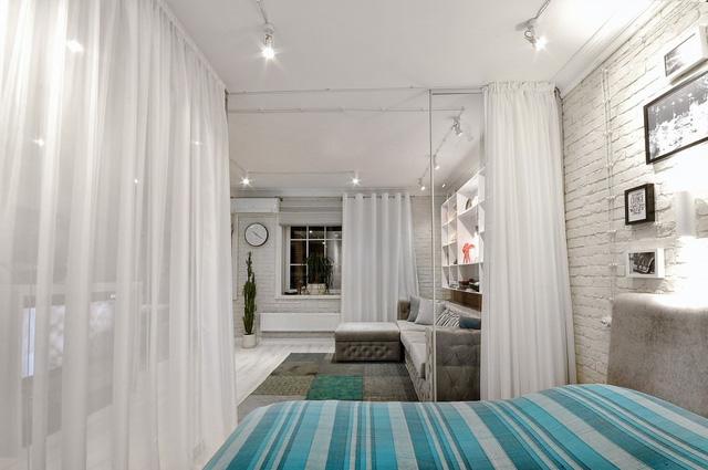Vì sở hữu diện tích siêu nhỏ, chủ nhân căn hộ đã chọn giải pháp phá bỏ các bức tường và thay vào đó bằng những tấm rèm trắng để ngăn chia không gian