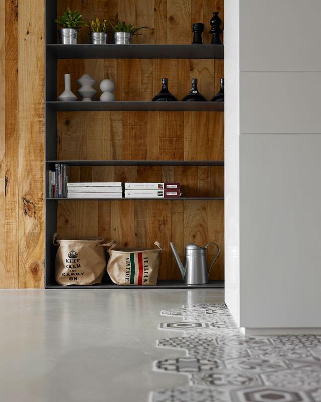 Hệ thống kệ lớn giúp chủ nhân ngôi nhà dễ dàng lưu trữ các vật dụng cần thiết