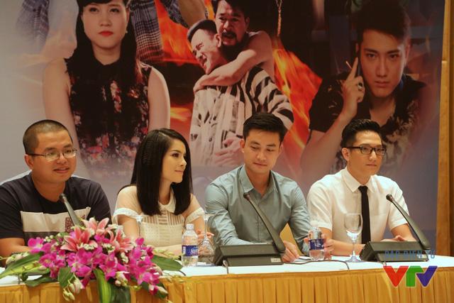 Đạo diễn Bùi Quốc Việt cùng các diễn viên Kiều Thanh, Tiến Lộc và Chí Nhân trong buổi họp báo ra mắt phim.