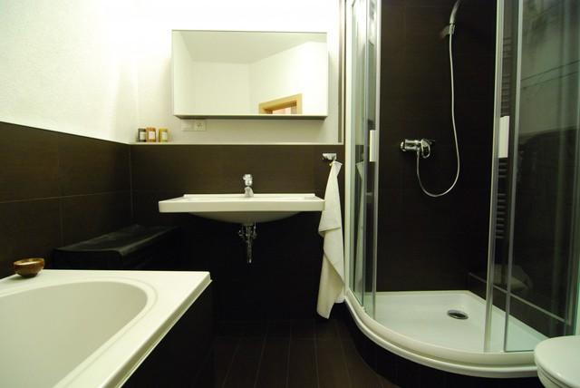 Phòng tắm của căn hộ có diện tích vừa phải với hai tông màu trắng đen lịch lãm. Các vật dụng được cất giấu trong tủ gương nhờ vậy, phòng tắm luôn gọn gàng, ngăn nắp