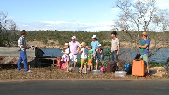 Bố và các con trong chuyến hành trình tiếp theo.