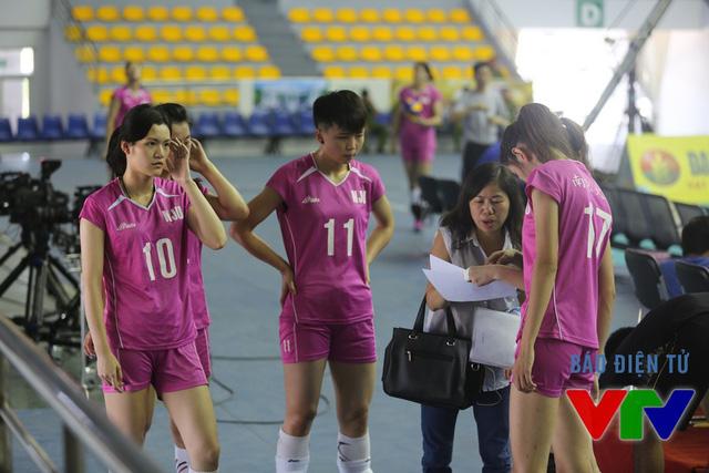 Các tuyển thủ Nam Kinh thảo luận chiến thuật trong buổi tập cuối cùng trước VTV Cup 2015