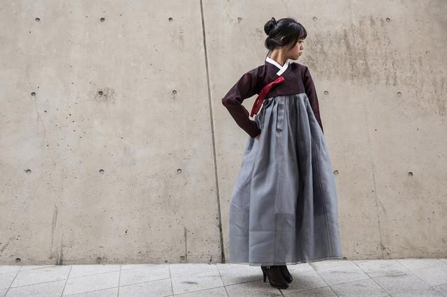 Tại đây, Hanbok không được phối hợp với giầy, dép theo cách truyền thống thông thường mà được một số người phá cách khi chọn boots.