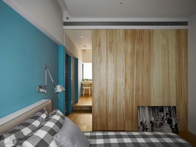 Phòng ngủ và không gian làm việc được ngăn cách bằng một vách gỗ