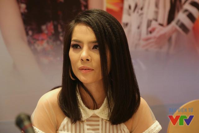 Theo chia sẻ của nữ diễn viên xinh đẹp, khác với vai diễn trong Khi đàn chim trở về, vai Linh Lam trong Câu hỏi số 5 có phần ngờ nghệch hơn và tạo hình nhân vật cũng hoàn toàn khác biệt.