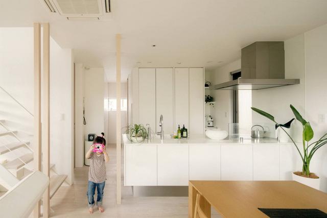 Phòng bếp sáng sủa với tông màu trắng tinh khôi