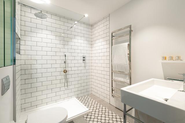 Phòng tắm được thiết kế với gam màu trắng chủ đạo