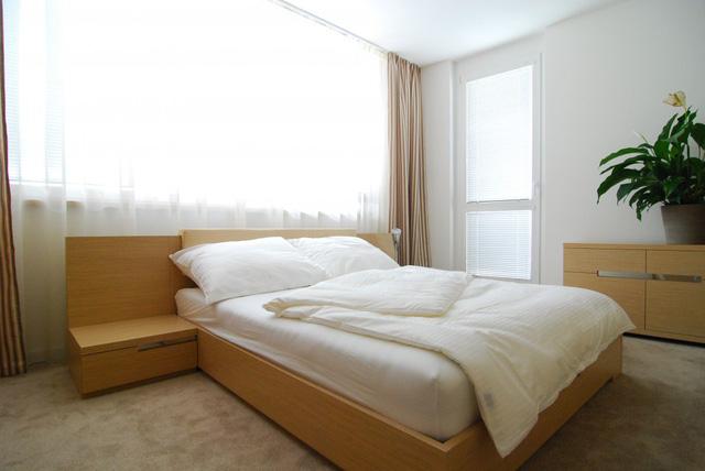 Phòng ngủ chính rộng rãi, đón nhận được nhiều ánh sáng tự nhiên nhờ có khung cửa sổ lớn