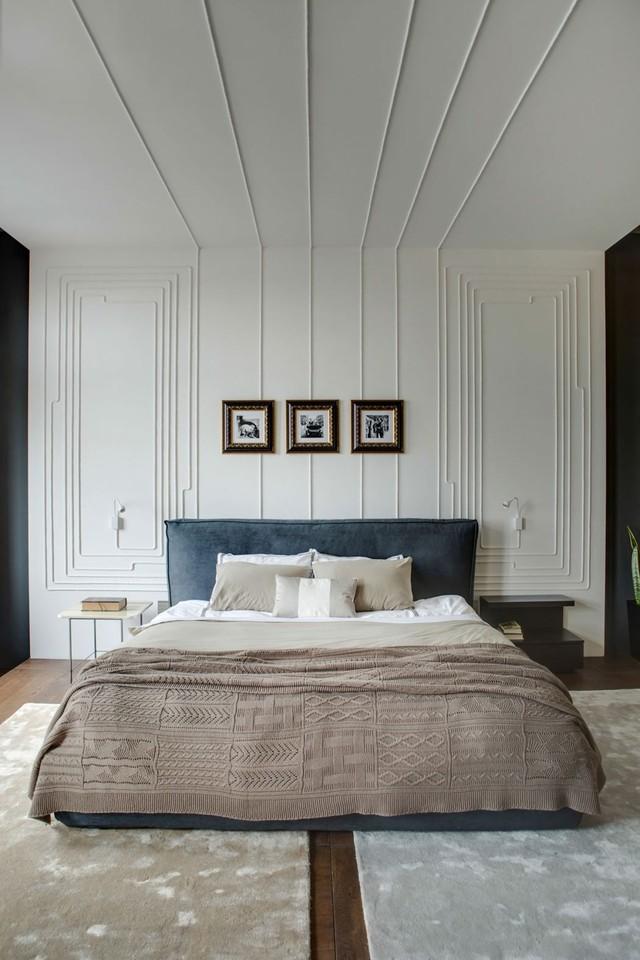 Phòng ngủ duy nhất trong căn hộ với mảng tường trang trí đơn giản nhưng ấn tượng