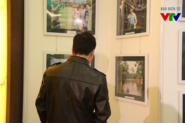Các đại biểu chiêm ngưỡng những tác phẩm được trưng bày tại triển lãm ảnh