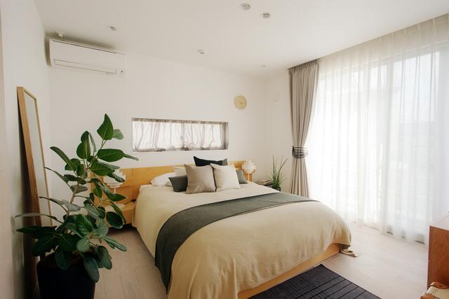 Phòng ngủ của bố mẹ với thiết kế tối giản nhưng tinh tế và ấm áp