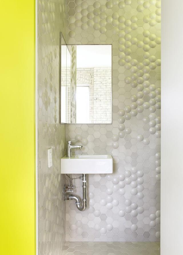 Phòng vệ sinh có lavabo và gương được đặt ở góc phòng