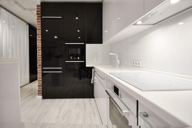 Căn bếp gây ấn tượng với hai màu đen trắng
