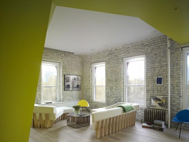 Phòng khách tràn ngập ánh sáng tự nhiên nhờ hệ thống cửa sổ lớn ở cả hai mặt tiền