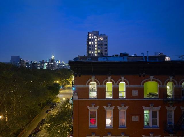 Căn hộ với màu vàng chanh nổi bật nhìn từ bên ngoài tòa nhà