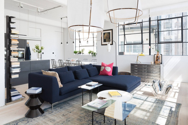 Căn hộ được cải tạo từ một nhà máy cũ ở thủ đô London, Anh Quốc gây ấn tượng với phong cách công nghiệp hiện đại, trẻ trung với những ô cửa sổ lớn và hệ thống dây điện để lộ trên trần nhà