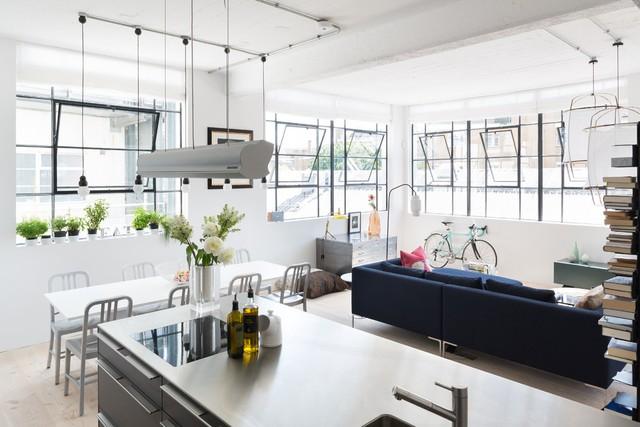 Phòng bếp liên thông với phòng khách, tạo nên một không gian rộng rãi, thông thoáng