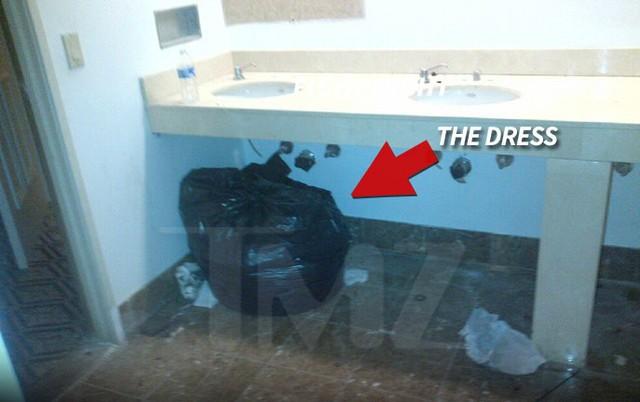 Chiếc túi đen khả nghi được tìm thấy trong một nhà tắm bỏ hoang