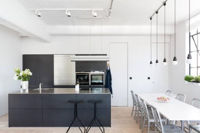 Căn bếp sạch sẽ và lịch lãm với hai gam màu đen trắng đối lập. Dù không thực sự rộng rãi, song, căn bếp vẫn có đầy đủ tiện nghi