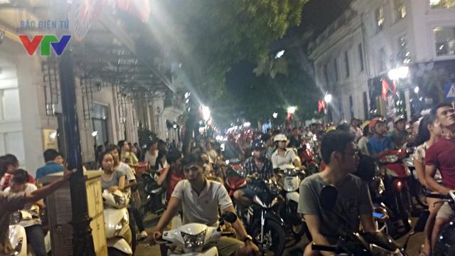 Người dân thủ đô đỗ xe chật kín một góc phố Tràng Tiền để thưởng thức Gala Ngày hội Âm nhạc mùa xuân diễn ra tại quảng trường Cách mạng tháng 8
