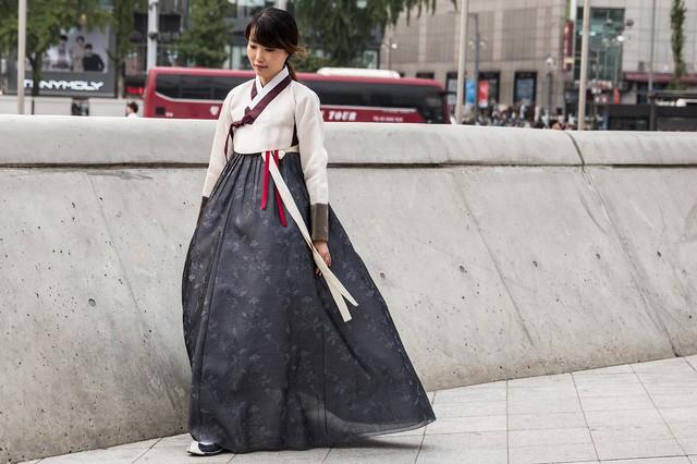Nét truyền thống xen lẫn hiện đại tạo nên những sắc màu độc đáo cho Tuần lễ thời trang Seoul.