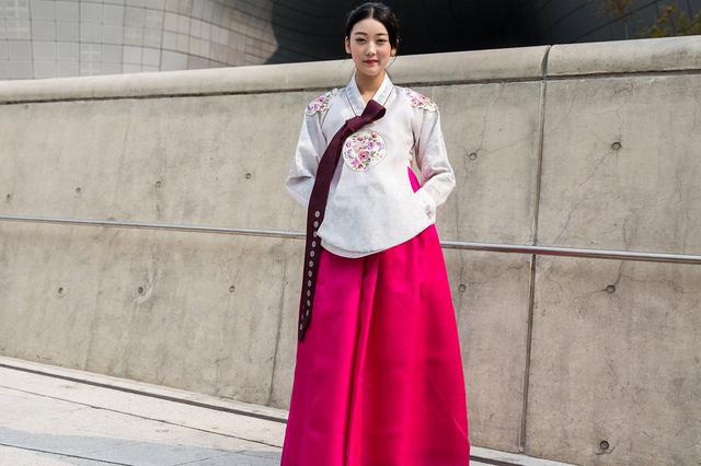 Một số bộ Hanbok được tạo điểm nhấn khác lạ ở cổ áo.