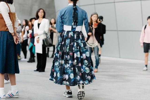 Bên cạnh đó, họa tiết ở một số bộ Hanbok và phụ kiện đi kèm cũng gây chú ý với nhiều người.