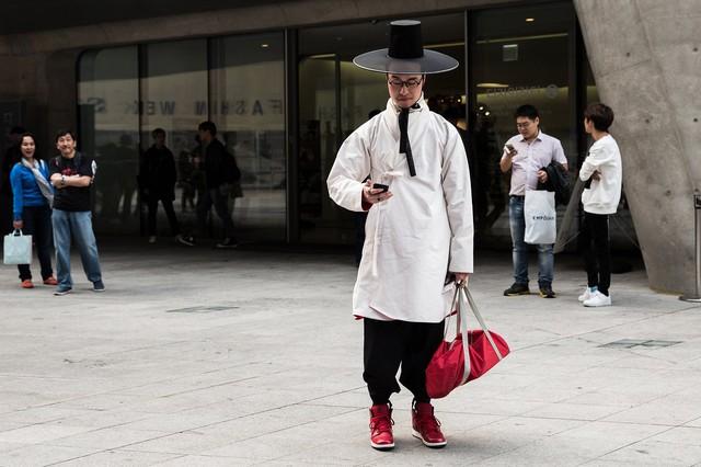 Không chỉ nữ giới mà cả nam giới cũng phá cách với trang phục xưa.