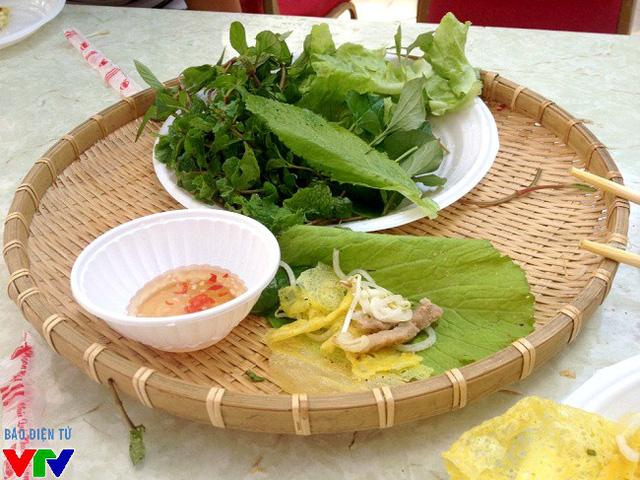 Bánh xèo cuốn kèm rau cải, rau thơm dân dã và chấm cùng nước mắm chua ngọt cực hấp dẫn.