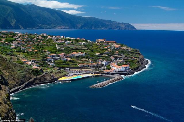 Ponta Delgada, Azores, Bồ Đào Nha: Với nhiều hãng mở đường bay tới Azores, khu vực tự trị này của Bồ Đào Nha đã trở thành điểm du lịch giá rẻ được nhiều người yêu thích.