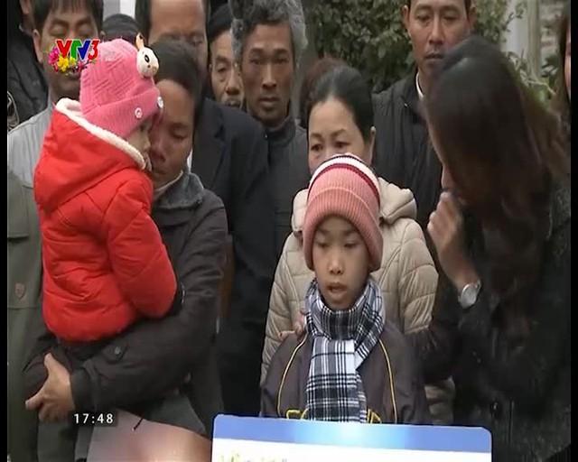 MC Thanh Vân Hugo trao tận tay quà tặng của chương trình cho Nguyễn Hoàng Gia Thái