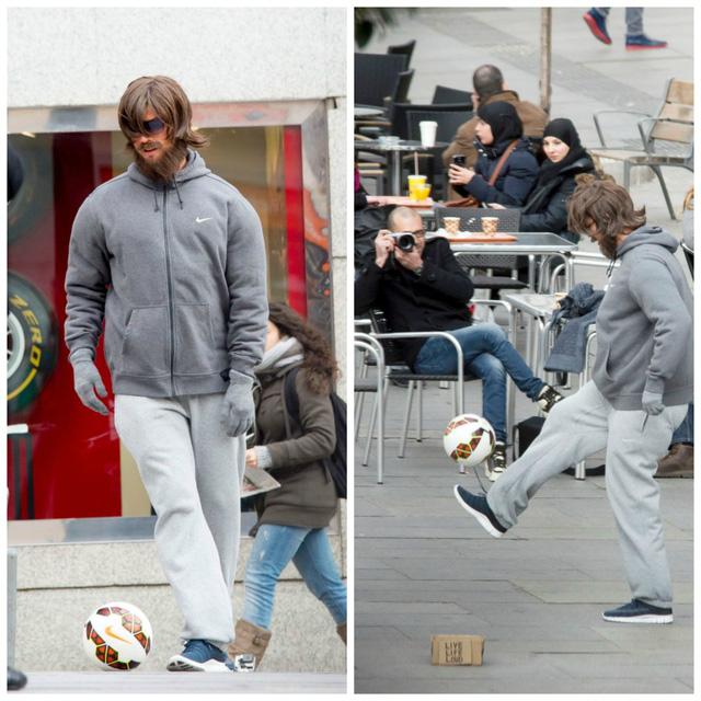 """""""Gã ăn mày"""" C.Ronaldo biểu diễn tâng bóng trên đường phố Real Madrid"""
