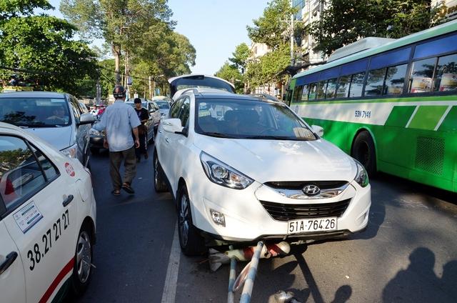Chiếc xe ô tô chồm lên dải phân cách