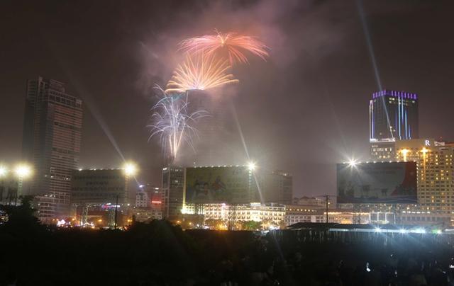 Những chùm pháo hoa đầu tiên trên bầu trời Sài Gòn chào đón năm mới 2015