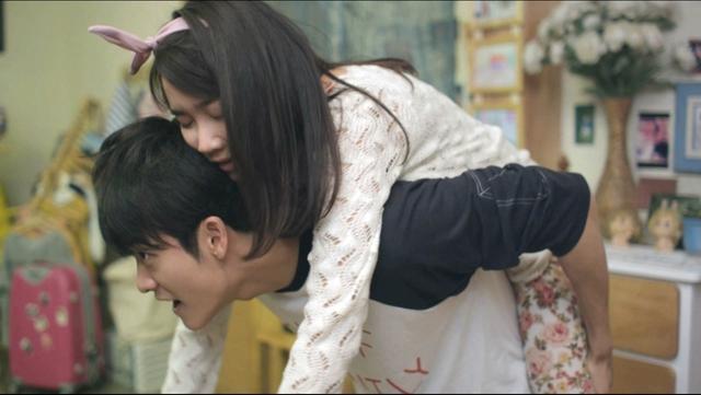 Trong tập 3, Linh uống say nên được Junsu cõng lên phòng.