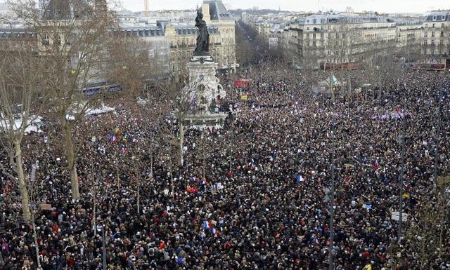 Rất đông người tập trung tại Quảng trường Cộng hòa ở thủ đô Paris ngày 11/1 để tham gia cuộc tuần hành. (Ảnh: AFP)