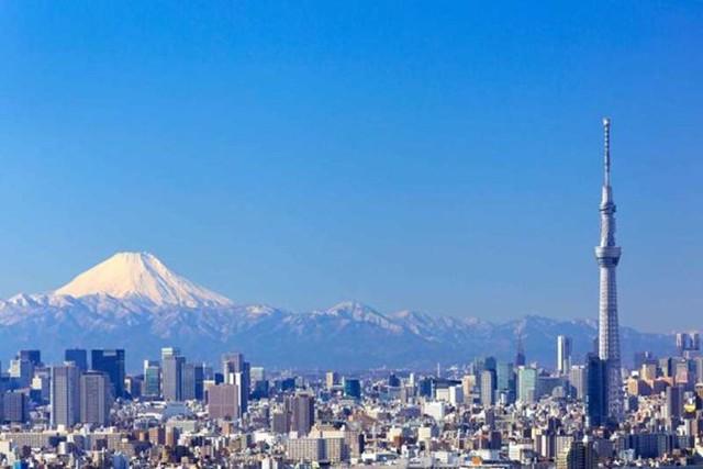"""Danh hiệu tòa tháp truyền hình cao nhất thế giới hiện nay thuộc về tháp Tokyo Skytree - biểu tượng của thủ đô Tokyo (Nhật) và là biểu tượng cho trình độ khoa học công nghệ của đất nước mặt trời mọc.  Tháp Tokyo Skytree cao 634 m, được khánh thành năm 2012 với kết cấu được làm bằng thép, xung quanh là một khu tổ hợp trung tâm thương mại, vui chơi và giải trí phục vụ cho du khách tham quan. Các chuyên gia kiến trúc gọi Tokyo Skytree là """"một tổ hợp du lịch siêu hạng"""" với chi phí đầu tư xây dựng 806 triệu USD."""