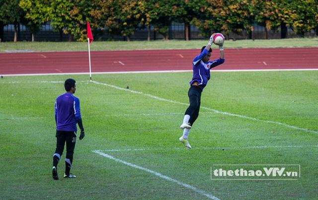 Các thủ môn U23 Việt Nam tập bắt bóng bổng