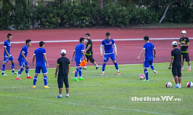 Các cầu thủ U23 khởi động nhẹ trước khi bắt đầu bước vào bài tập chiến thuật