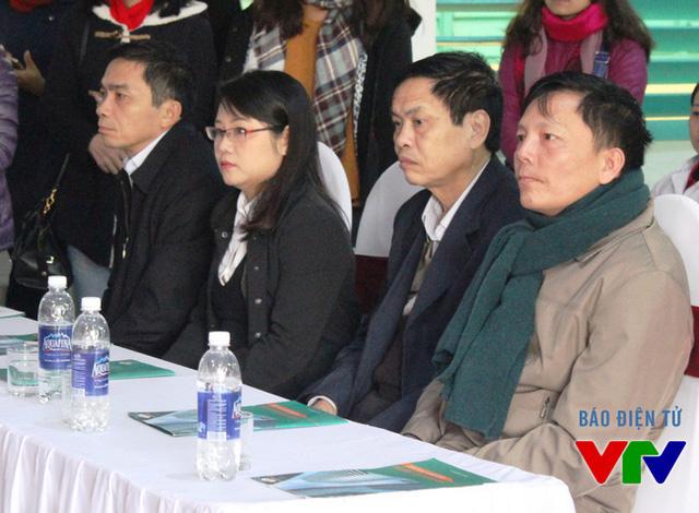 Ông Đỗ Tiến Hùng (trái) và bà Vũ Thanh Thủy - Phó Giám đốc Quỹ Tấm lòng Việt, Đài THVN - trong ngày đầu khám sàng lọc tại bệnh viên hữu nghị Việt Nam - Cuba Đồng Hới