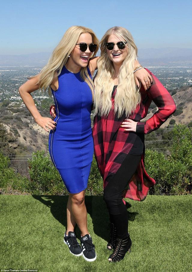 Ora chọn một căn nhà riêng tại Mulholland Drive gần Hoolywood. Người hỗ trợ cho cô là ngôi sao nhạc Pop người Mỹ Meghan Trainor.