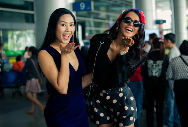 Dù khá mệt mỏi sau chuyến bay dài, người đẹp vẫn hào hứng tạo dáng trước ống kính cùng Nguyễn Thị Loan.