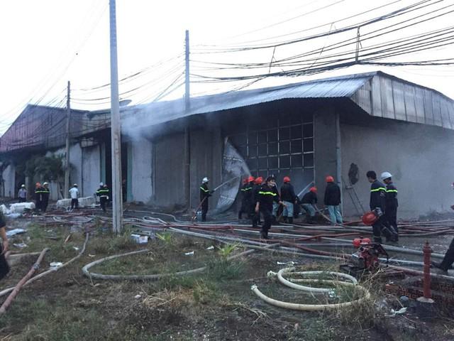 Lính cứu hỏa khống chế không cho lửa cháy lan ra các khu vực khác lúc 18h