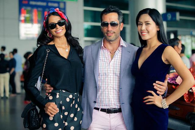 Tháp tùng Hoa hậu Venezuela trong chuyến bay này là hôn phu cô. Cả hai sẽ trở về khách sạn nghỉ ngơi trước khi có buổi gặp gỡ, giao lưu với báo chí vào chiều 4/1.