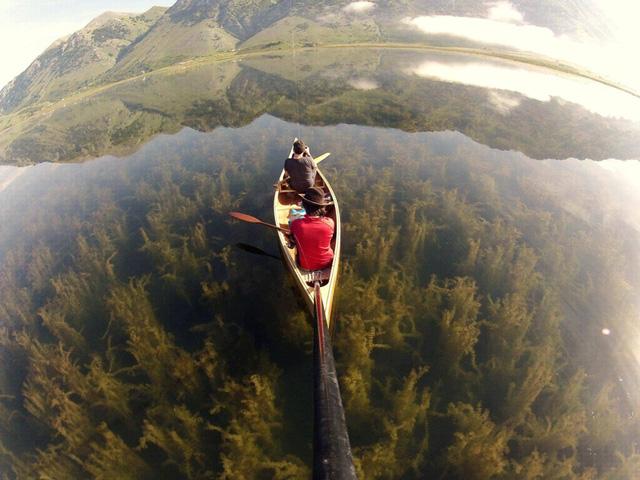 Dòng sông thủy tinh trong suốt Lago del Matese ở Caserta, phía nam Italy.