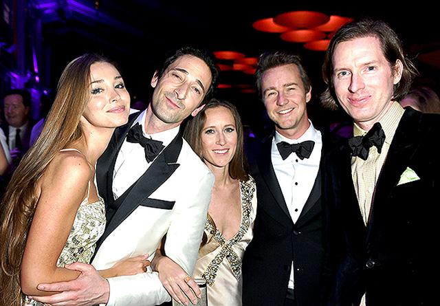 Với chiến thắng ở 4 đề cử cho bộ phim The Grand Budapest Hotel, đạo diễn WesAnderson vui sướng ăn mừng bên các ngôi sao Adrien Brody, vợ chồng Edward Norton và Lara Lieto - bạn gái của Brody.