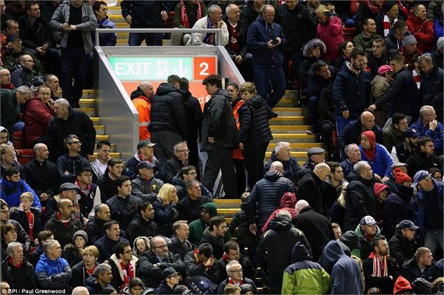 CĐV Liverpool ra về trước khi trận đấu kết thúc