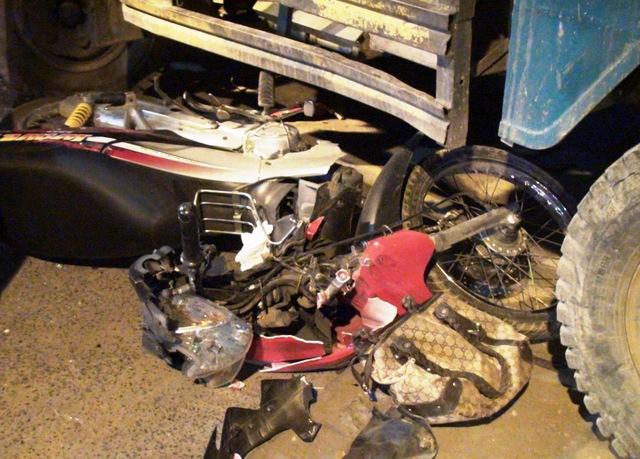 Chiếc xe gắn máy của anh Thuận bị cuốn vào gầm