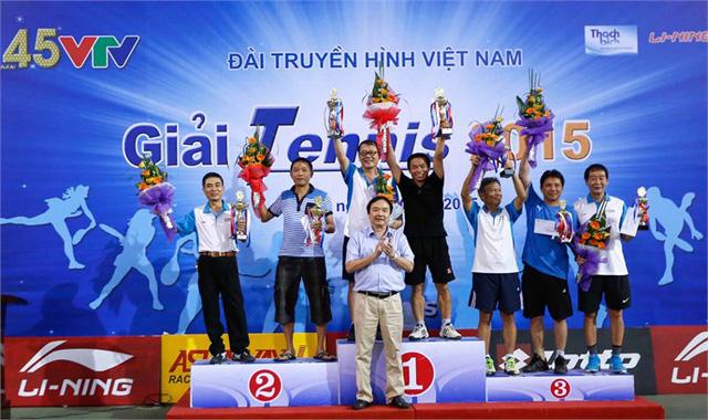 Ông Phạm Việt Tiến, Phó Tổng Giám đốc, Chủ tịch Công đoàn Đài THVN trao giải cho các tay vợt đoạt giải ở nội dung đôi nam (trên 50 tuổi).